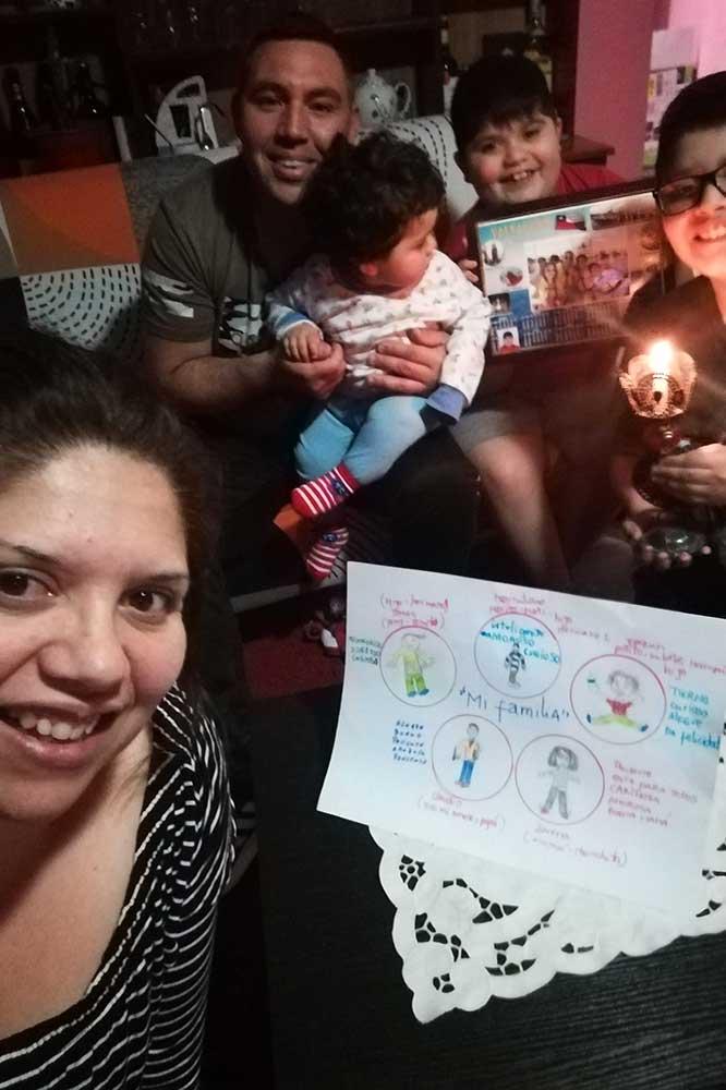 Octubre es el mes de la familia en la Escuela San Ignacio Valparaíso. En la imagen vemos a una familia reunida en torno a las actividades de la institución.
